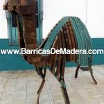 Camello hecho con duelas de barricas usadas, decoración con duelas de barricas.